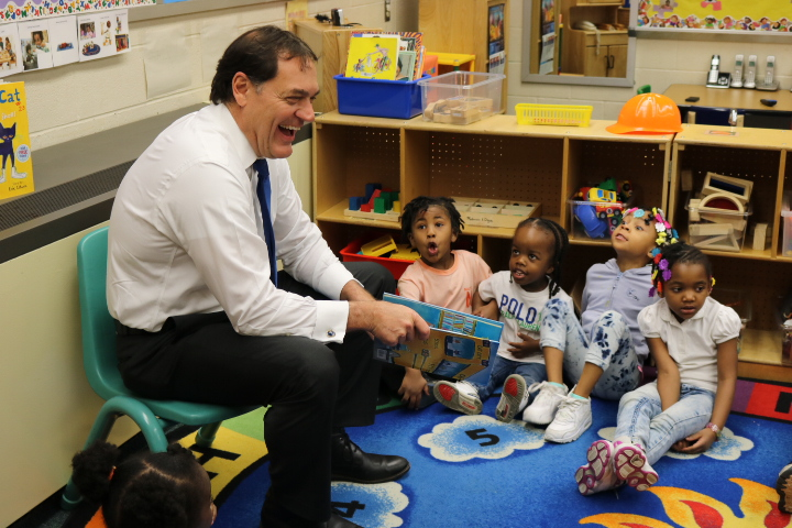 Former Ohio Congressman Zack Space reads to CEOGC's Head Start students.